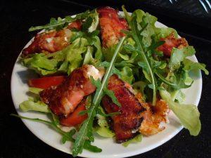 Gebackener Ziegenkäse Im Speckmantel Mit Salat Und Honig Senf Sauce
