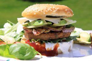 Caprese-Burger mit Basilikumpesto