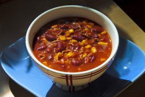 Chili gibt es in unterschiedlichsten Variationen mit verschiedenen Zutaten.