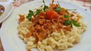 Spätzle können auf unterschiedliche Weise hergestellt werden und einzeln oder als Gericht serviert werden.