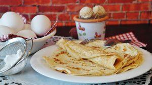 """Eierkuchen (auf Englisch """"pancakes"""") mit wenig Zucker als low-carb-Variante."""