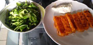 Fischstäbchen mit Feldsalat