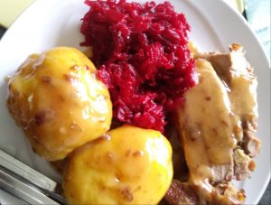 Putenoberkeule mit Kartoffeln und rote Beete