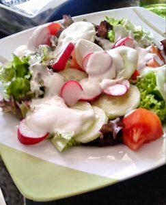 Rocula-Salat mit Radischen und Joghurt-Dressing