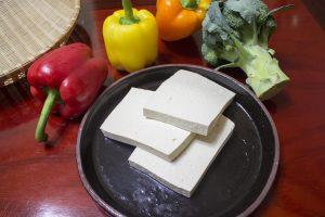 Für Tofu mit Auberginen und Himbeeren benötigt man Grill mit Scheiben.