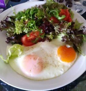 Spiegelei mit Salat und Tomaten