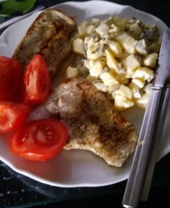 Minutensteaks mit Kartoffelsalat und Tomaten