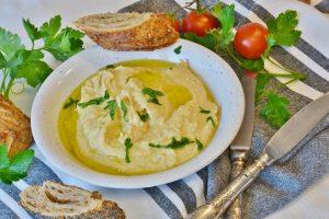 Hummus ist eine orientalische Spezialität die aus Kichererbsen zubereitet wird.