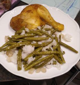 Maispoularde mit Reis und grünen Bohnen