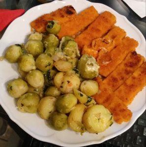 Fischstäbchen mit Bratkartoffeln und Rosenkohl