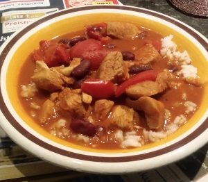 Hähnchenbrustfilet-Gulasch mit Paprika und Reis
