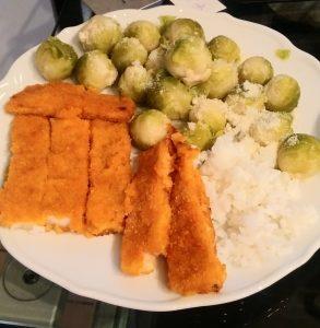 Fischstäbchen mit Rosenkohl und Reis