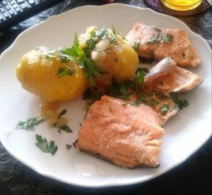 Lachsforelle mit Bratkartoffeln, Zwiebeln und Speck sowie Rote Beete